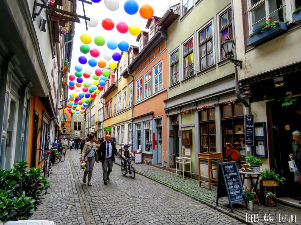 Unter bunten Luftballons