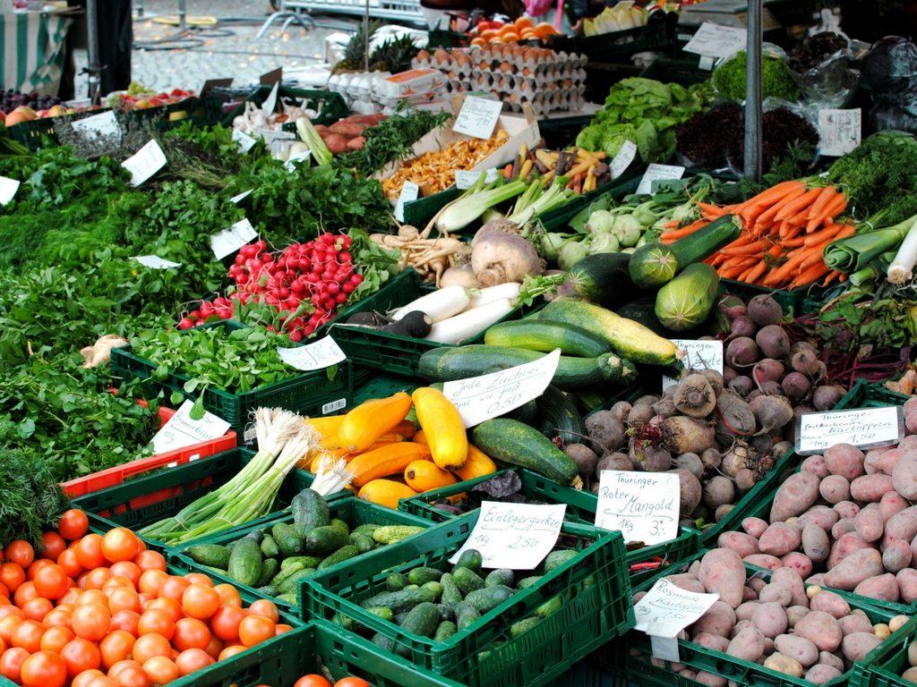 verschiedenes buntes Gemüse auf dem Wochenmarkt Erfurt