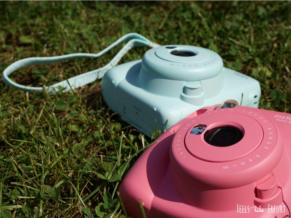 zwei moderne Sofortbildkameras der Marke Instax
