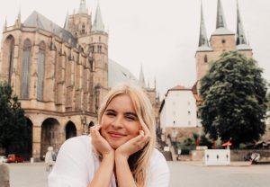 Frau lächelnd, vor Erfurter Dom