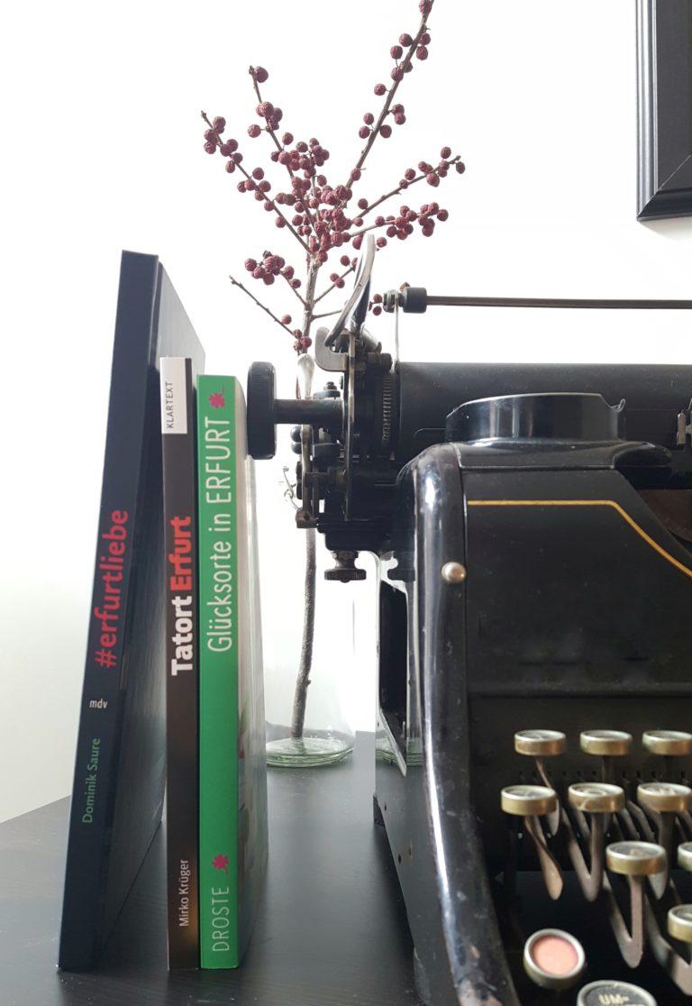 Drei Bücher neben Schreibmaschine