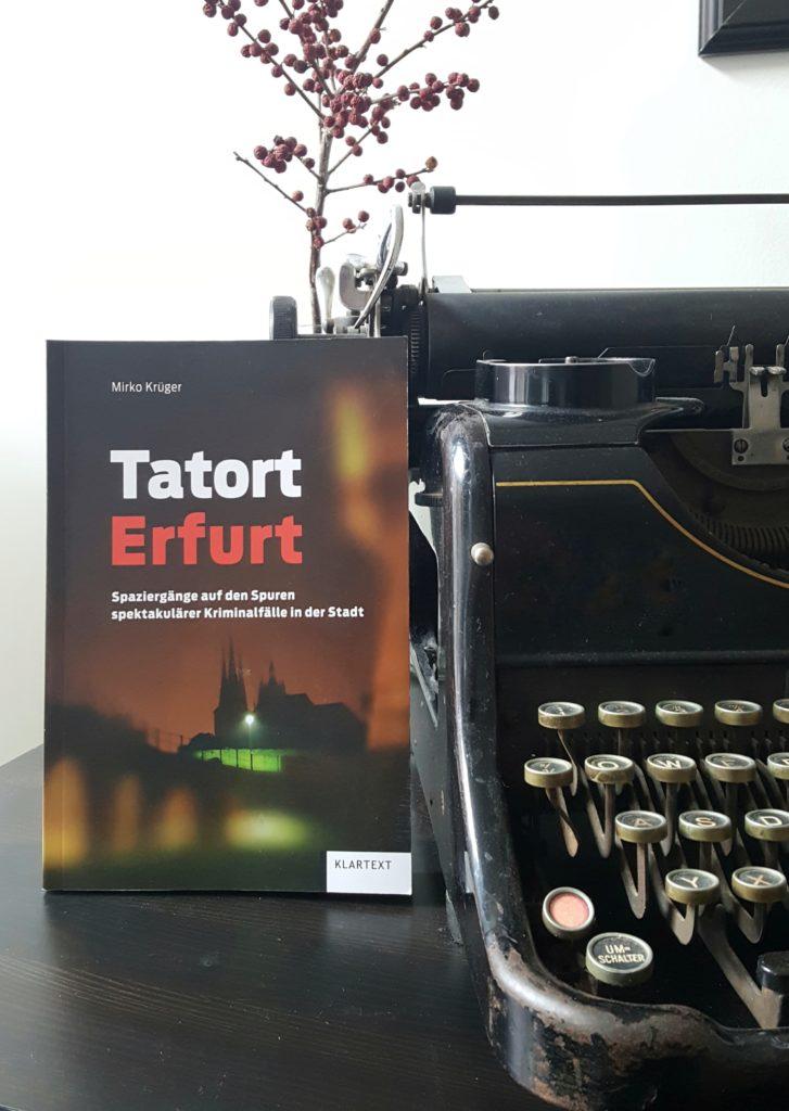Buch neben Schreibmaschine