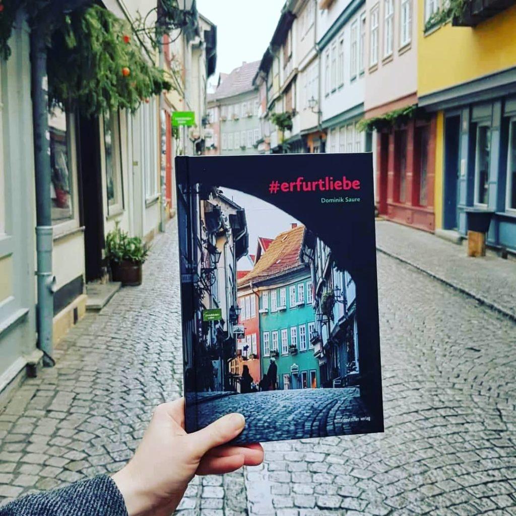 Bild zeigt Hand mit Buch auf Krämerbrücke