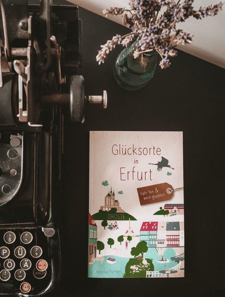 Bild zeigt Buch über Erfurt neben Schreibmaschine