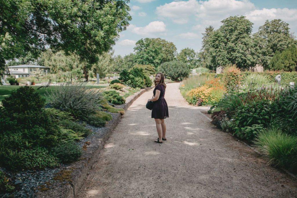 Frau im Park in Erfurt
