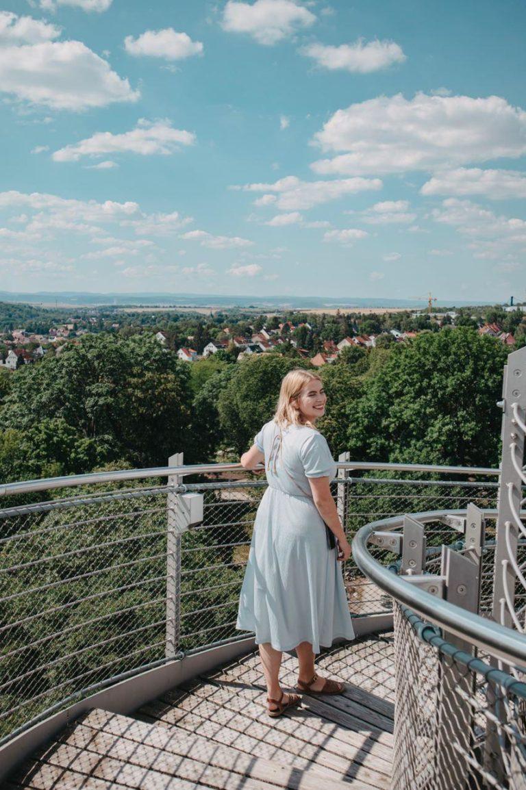 Frau auf Aussichtsturm ega Erfurt