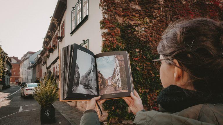 Bild zeigt Frau mit Buch bei einer Statdführung in Erfurt