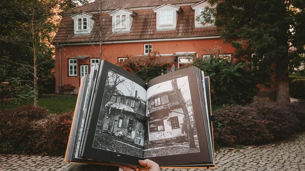 Bild zeigt Buch: Erfurt die Verwandlug vor altem Gebäude