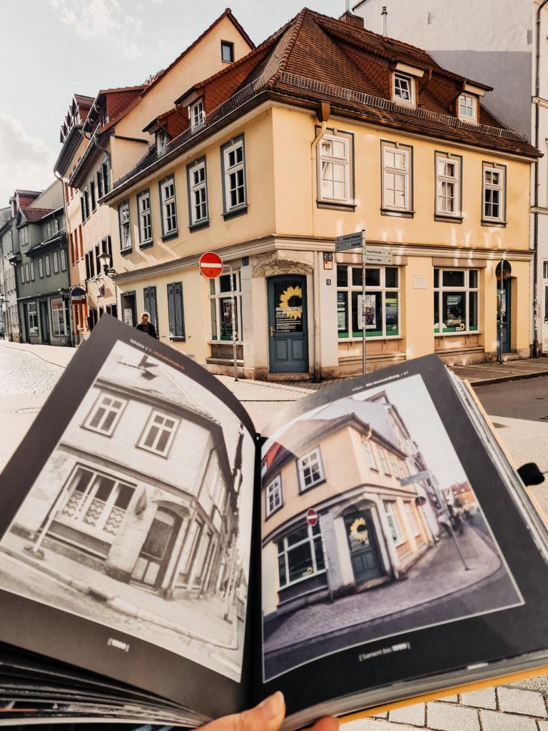 Zeigt Buch: Erfurt die Verwandlung und ein glebes Haus in der Andreasvorstadt