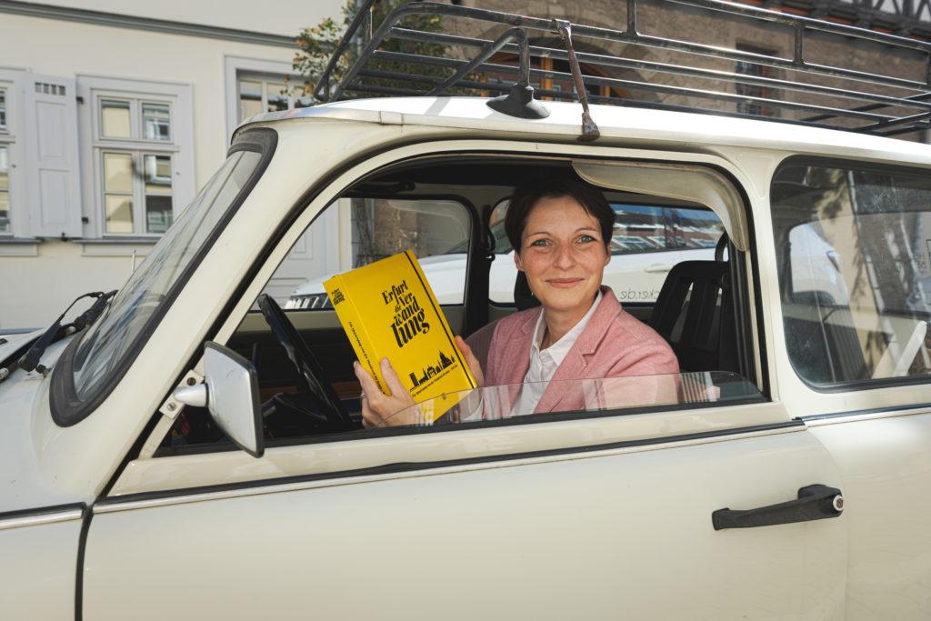 Bild zeigt die Autorin vin Erfurt die Verwandlung mit Buch