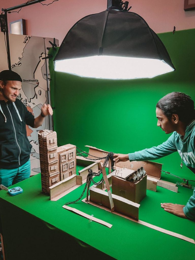 Zwei Männer vor Greenscreen bei Stop-Motion Filmprojekt