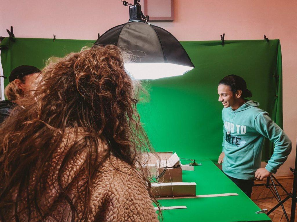 Frau und Mann vor Greenscreen bei Stop-Motion Filmprojekt